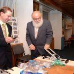 Tom měří panu Dřevíkovskému rychlost ničení PET lahví