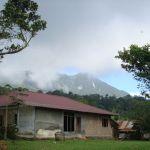 ze sousedního Sinabungu občas spadl poprašek vulkanického popelu