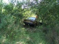 auto se skoro houpe nad skalní stěnou (jak v akčním filmu)