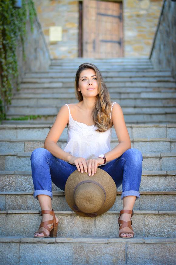 Български моден блогър с лежерна визия за закуска във винарната