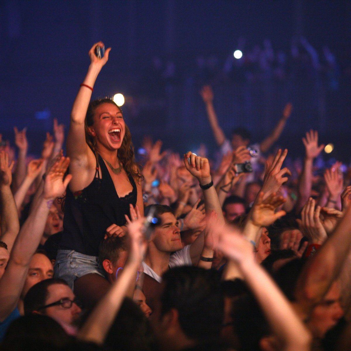 EDM Crowd Girl door Xolali