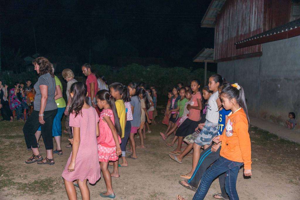 ... maar binnenkort nam iedereen deel aan een traditionele Laodans.