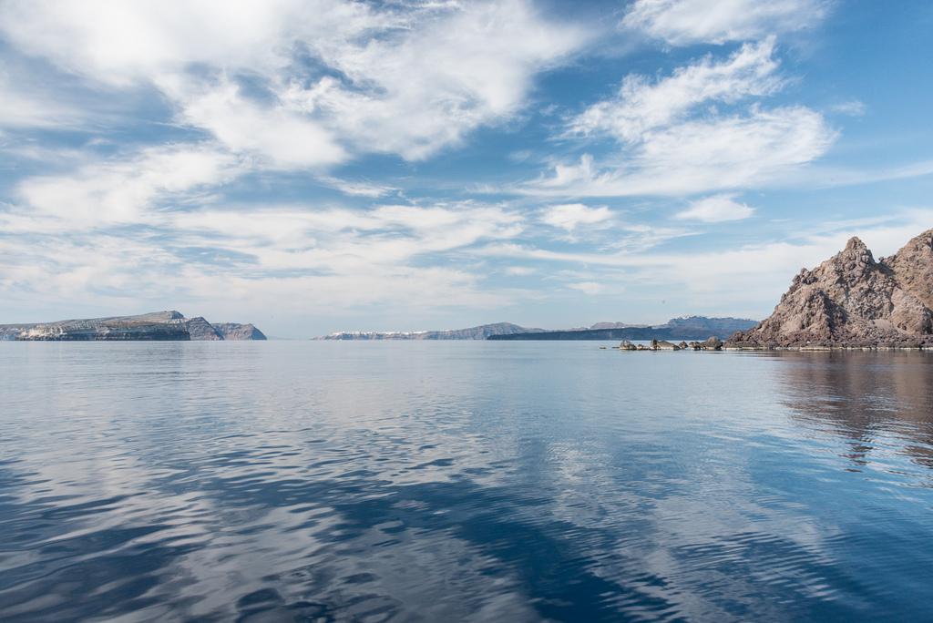 Op onze eerste middag van zeilen was er nauwelijks wind - de zee had nauwelijks golven. Dit is de caldera die wordt gevormd door de super-vulkaan. Vandaag zijn de dorpen op Santorini hoog op de randen. Vanuit de verte zien de witte gebouwen als sneeuw op de bergen.