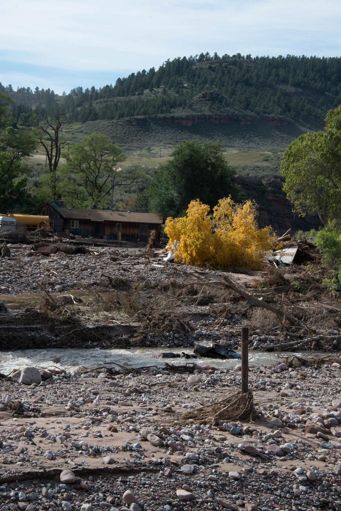 Het 155-jarige Buster-huis heeft alles wat de rivier daarvoor heeft gegooid, verzet, waaronder Sept 13th 2013, toen er een paar meter water binnen was. Negen van de bijgebouwen van de woning werden weggeveegd.