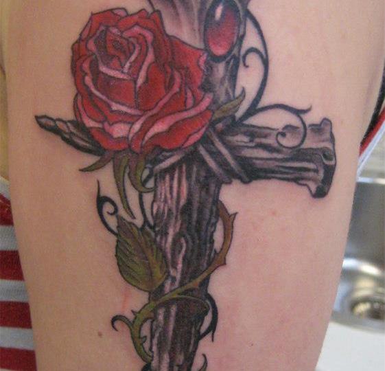 Denis Trevisani, tatuatore Verona - Tatuaggio rosa e croce