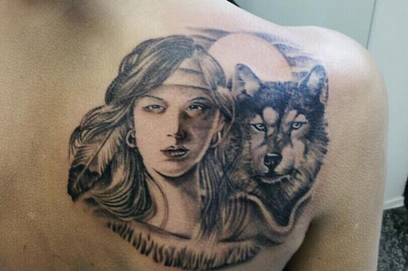 Tatuaggio lupo e donna indiana