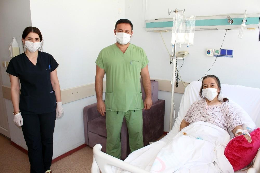 Kabızlık sorunuyla başvurduğu hastanede 2 tümöründen bir anda kurtuldu