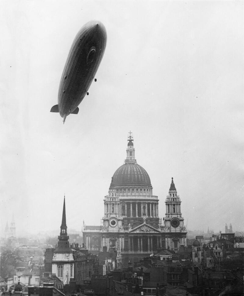 Der Graf Zeppelin 1930 über der St. Paul's Cathedral in London (Quelle)
