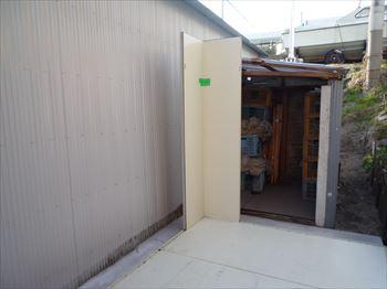 プレハプ冷蔵庫組立作業中