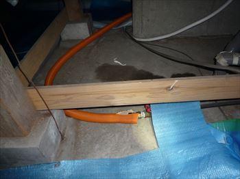 床下収納からの配管作業