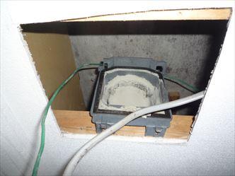 排気パイプ接続口に溜まった綿ホコリ