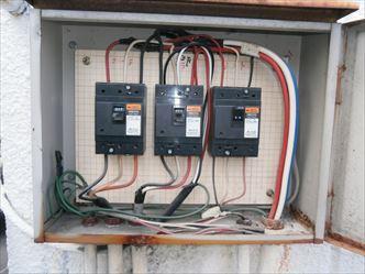 加工場の屋上動力分電盤