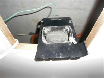浴室側ダクト接続口の綿ホコリ