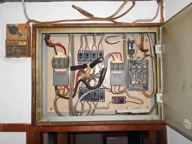 古い分電盤の全体像