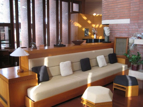 wooden living room furniture with black and white pillow on sofa as well as table lamp 915x686 Đèn trang trí phòng khách
