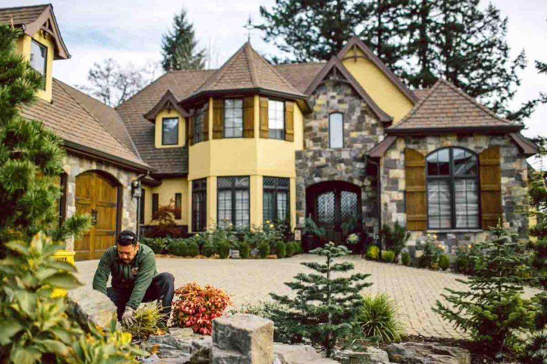 Dennis' 7 Dees Residential Landscaping Maintenance