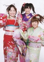 Mayu (center) With Haruna (left) and Taka-Mina (right).