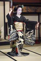 maiko dancing in crane kimono