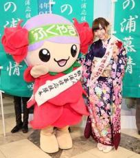 Iwasa-Misaki-AKB48-with-mascot