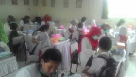 Para dokter gigi memeriksa para siswa SD