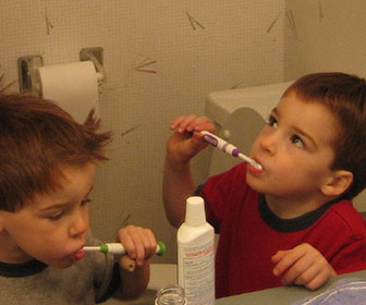 ninos cepillandose los dientes
