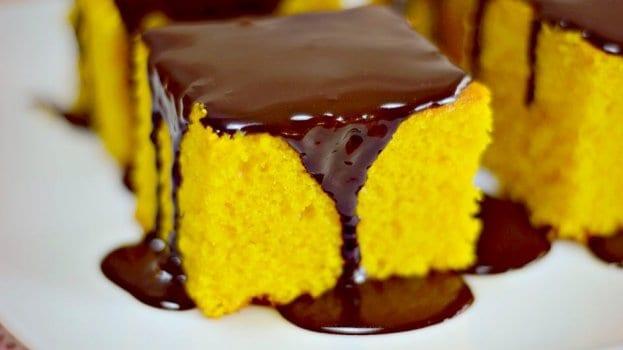 Imagem de um bolo de cenoura com cobertura de chocolate.