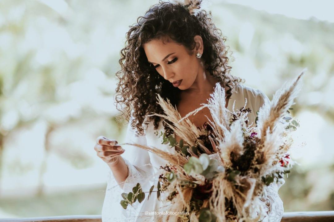 making off da renovação de votos com a casada e seu buquê de flores dos pampas