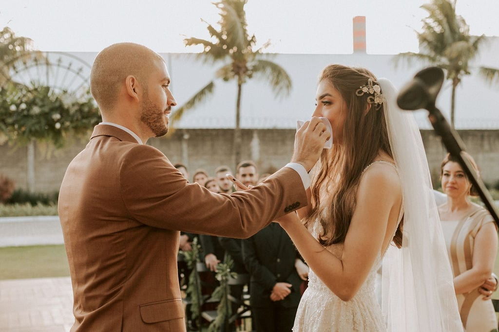 noivo enxuga as lágrimas da noiva