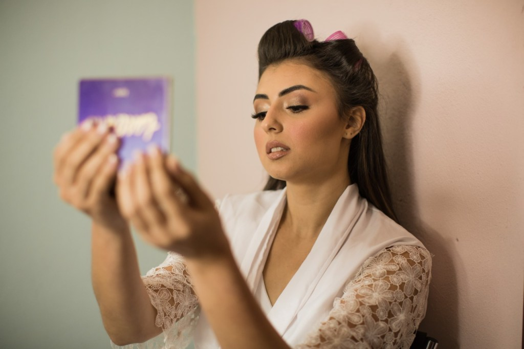 making off noiva se olhando no espelho