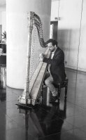 monochrome-musician-20170411_harp-800