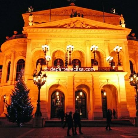 Opera din Frankfurt decorata de Craciun