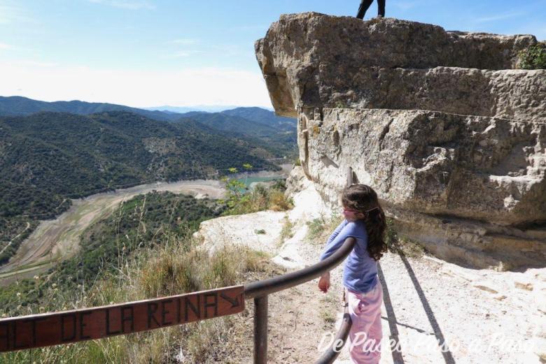 Niña en mirador del salto de la Reina Mora, en donde se tiene una panorámica del pantano Siurana