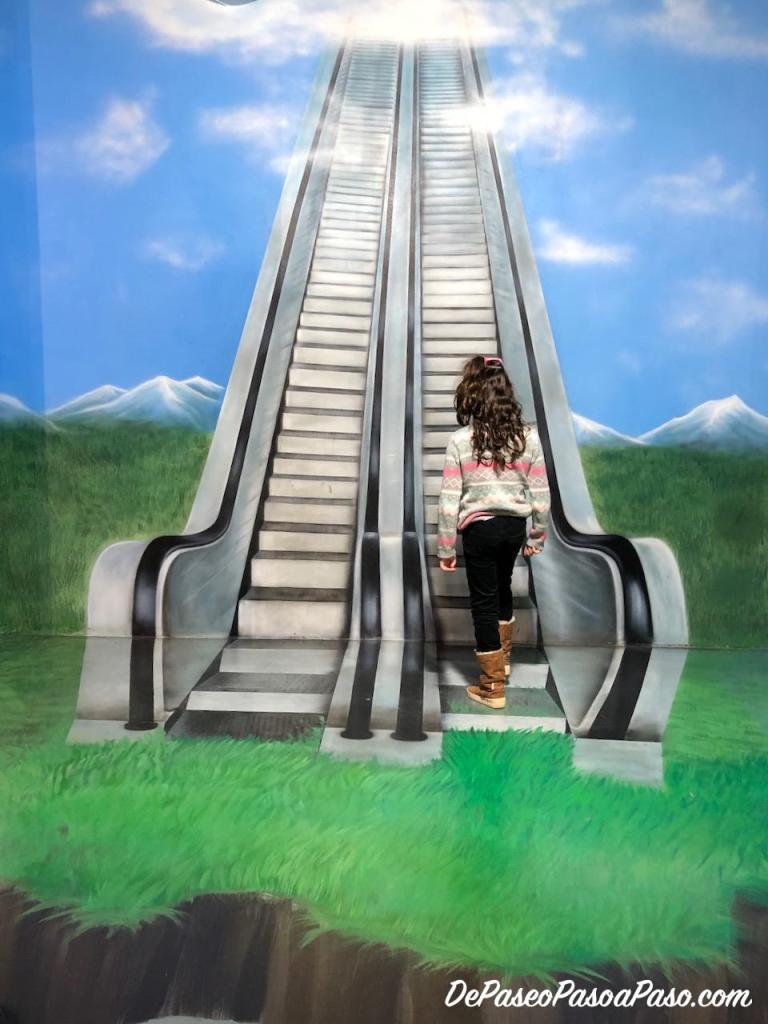 niña subiendo escalera museo de ilusiones Barcelona