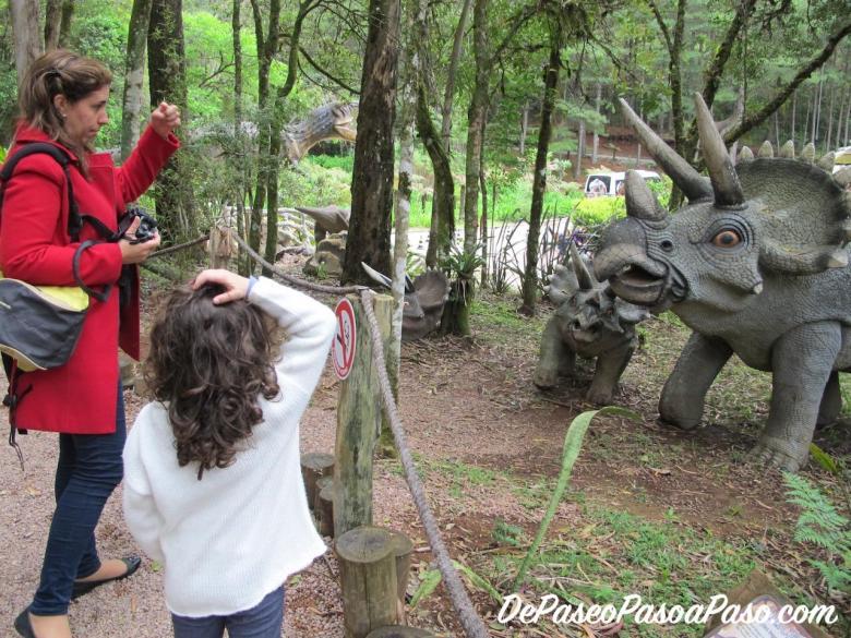 Niña dando explicaciones de dinosaurios en Vale dos dionossauros