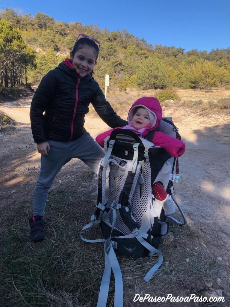 Niñas prontas para ruta de senderismo. Bebé en mochila de montaña para bebés