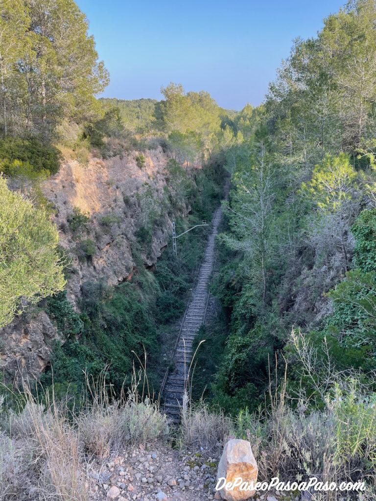 via de tren abandonada vista desde arriba del túnel