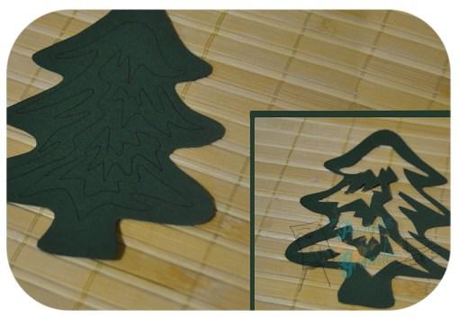 cartulina verde con recorte de árbol de navidad