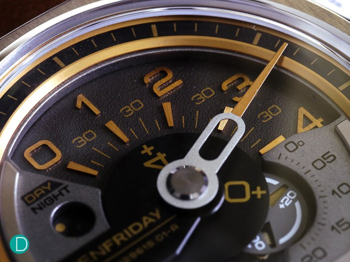The dial detail of the V2, showing the 120° angle hour reading. And the additional turning disc. The time is now 5:11:25 am. 4+1 gives the hour. And the minute hand is conventional, making a full 360° turn, showing just past 11 minutes. And the seconds is indicated by the turning disc +20 and 5 giving 25.