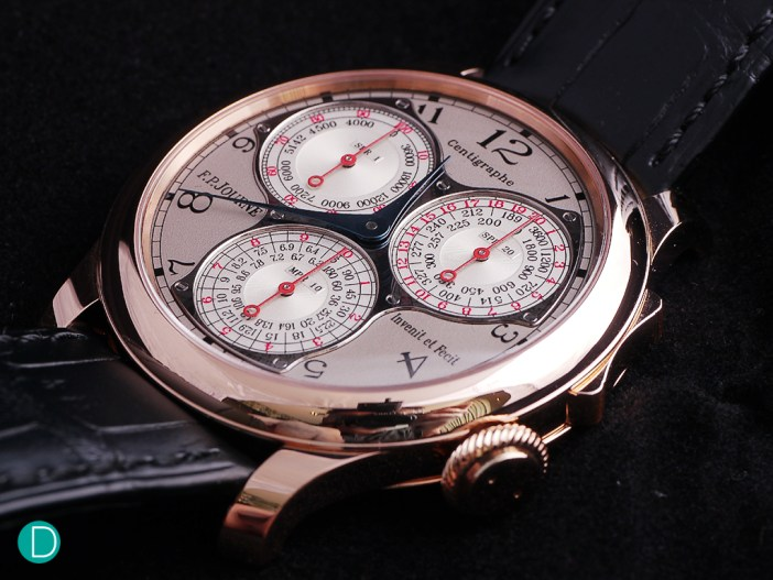 The chronograph can be started, stopped and zeroed by a rocker positioned at the 2 o'clock region in the case band, instead of the usual buttons on either side of the crown. This ergonomic design of the casing is patented by F.P. Journe.