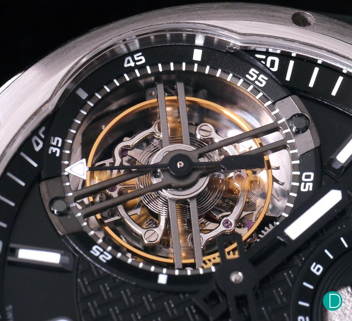 This intricate assembly allows the escapement to be uncoupled from the gear train, which keeps the amplitude of the balance – and thus the watch's rate – virtually constant. The energy is stored temporarily in a balance spring and dispensed to the escape wheel. This balance spring is put under tension once a second, as we can see from the one-second advances made by the tourbillon hand.