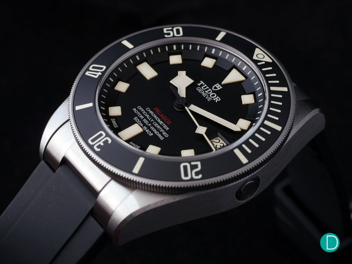 The Tudor Pelagos LHD is equipped with an automatic helium escape valve on its side. For the LHD version, this is placed on the right side of the case.