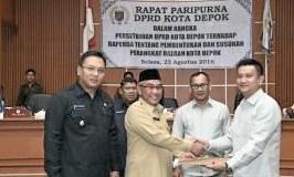 Walikota Depok Muhammad Idris menerima raperda susunan perangkat daerah dari Ketua Pansus 3 DPRD Kota Depok.