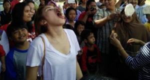 Beginilah ekspresi Ayu Ting Ting saat ikut lomba makan kerupuk.
