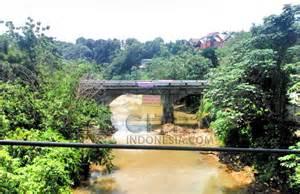 Jembatan Panus yang melintas Sungai Ciliwung ini akan segera direhap karena kondisinya sudah rusak.