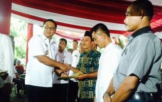 Wakil Walikota Depok menyerahkan dana bantuan untuk RT, RW dan LPM di Kecamatan Copayung