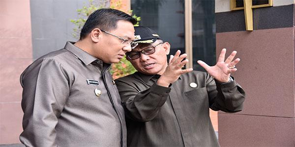 Walikota dan Wakil Walikota Depok serius berdialog membahas perkembangan Kota Depok.