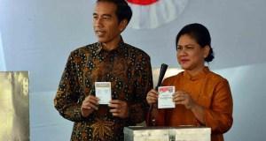Presiden Jokowi bersama Iriana Jokowi usai mencoblos pada Pilkada DKI di TPS Gambir.