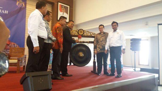 Waki Walikota Depok Pradi Supriatna memukul gong membuka Rapim Kadin Depok sekaligus meresmikan  KDTC dan Kadin-Depok.com