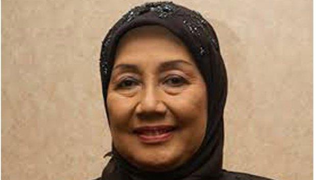 Nani Wijaya menikah lagi di usia 72 tahun dengan Ajip Rosidi berusia 79 tahun.
