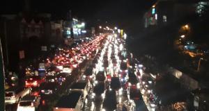 Kota Depok mengalami kemacetan parah ketika hujan mengguyur kota itu .